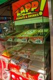 Πωλήστε τα προϊόντα βιομηχανιών ζαχαρωδών προϊόντων σε έναν μικρό στάβλο Μανίλα Φιλιππίνες στοκ εικόνα