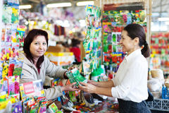 Πωλήτρια και ώριμη γυναίκα στο κατάστημα για τον κηπουρό στοκ εικόνα