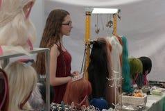 Πωλήτρια στην αγορά με τις περούκες anime σε Animefest Στοκ φωτογραφία με δικαίωμα ελεύθερης χρήσης