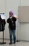 Πωλήτρια στις αγορές με τον ιματισμό σε Animefest Στοκ φωτογραφία με δικαίωμα ελεύθερης χρήσης