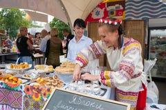 Πωλήτρια στο παραδοσιακό κοστούμι την ημέρα γιορτής της Apple Στοκ Φωτογραφία
