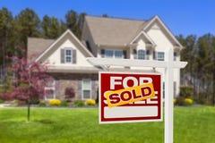 Πωλημένο σπίτι για το σημάδι και το σπίτι ακίνητων περιουσιών πώλησης Στοκ Εικόνα