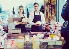 Πωλητές που προσφέρουν το τυρί στοκ εικόνες με δικαίωμα ελεύθερης χρήσης