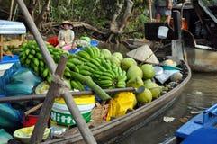 Πωλητής βαρκών Mekong να επιπλεύσει στην αγορά Στοκ Φωτογραφίες