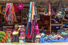 Πωλητής βιοτεχνίας σε Salasaca Ισημερινός στοκ φωτογραφία