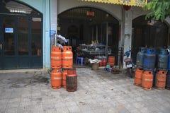 Πωλητής εμπορευματοκιβωτίων αερίου στην αγορά Στοκ εικόνα με δικαίωμα ελεύθερης χρήσης