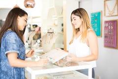 Πωλητής και πελάτης σε ένα κατάστημα Στοκ Φωτογραφία