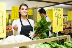 Πωλητής με τα λαχανικά στην αγορά Στοκ εικόνα με δικαίωμα ελεύθερης χρήσης