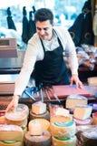 Πωλητής με το τυρί στη γαστρονομία στοκ εικόνες με δικαίωμα ελεύθερης χρήσης