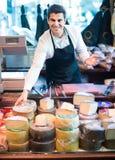 Πωλητής με το τυρί στη γαστρονομία στοκ φωτογραφία