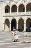 Πωλητής οδών καπέλων αχύρου μπροστά από το παλάτι του Diego Columbus Στοκ Φωτογραφίες