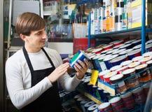 Πωλητής που προσφέρει το σμάλτο στο κατάστημα Στοκ Φωτογραφίες