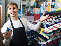 Πωλητής που προσφέρει το σμάλτο στο κατάστημα Στοκ φωτογραφία με δικαίωμα ελεύθερης χρήσης