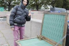 Πωλητής που πωλεί artware στην οδό, ST peterburg Στοκ Εικόνες