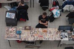 Πωλητής στην αγορά με pyrography anime στο ξύλο Στοκ Φωτογραφίες
