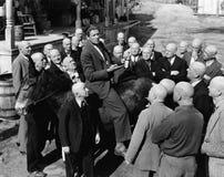 Πωλητής στο γάιδαρο με την ομάδα φαλακρών ατόμων (όλα τα πρόσωπα που απεικονίζονται δεν ζουν περισσότερο και κανένα κτήμα δεν υπά Στοκ Εικόνες