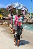 Πωλητής των μπικινιών σε Arpoador στο Ρίο ντε Τζανέιρο Στοκ φωτογραφίες με δικαίωμα ελεύθερης χρήσης