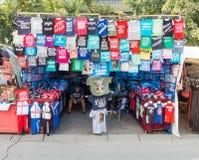 Πωλητής των πουκάμισων αναμνηστικών στην πόλη του Λέσκοβακ στη Σερβία Στοκ φωτογραφία με δικαίωμα ελεύθερης χρήσης