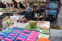 Πωλητής των φρούτων και λαχανικών Στοκ φωτογραφία με δικαίωμα ελεύθερης χρήσης