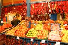 Πωλητής φρούτων της μεγάλης αίθουσας αγοράς στη Βουδαπέστη στοκ φωτογραφίες