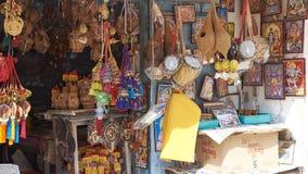 Πωλώντας αναμνηστικά καταστημάτων κράσπεδων στους τουρίστες στοκ εικόνα