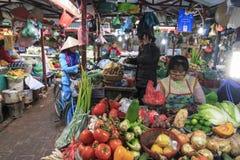 Πωλώντας λαχανικά γυναικών σε μια τοπική αγορά στο Ανόι, Βιετνάμ Στοκ Εικόνες