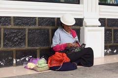 Πωλώντας λαχανικά γυναικών στην οδό σε Banos, Ισημερινός Στοκ φωτογραφία με δικαίωμα ελεύθερης χρήσης