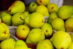πωλώντας αχλάδια στα καλάθια στο farmer& x27 αγορά του s Στοκ φωτογραφίες με δικαίωμα ελεύθερης χρήσης