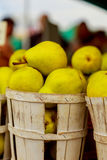 πωλώντας αχλάδια στα καλάθια στο farmer& x27 αγορά του s Στοκ Εικόνες