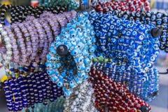 Πωλώντας βραχιόλια κοσμήματος με Nazar το φυλακτό στην αγορά Στοκ Εικόνα