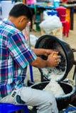 Πωλώντας γάλα καρύδων ατόμων στοκ φωτογραφία με δικαίωμα ελεύθερης χρήσης