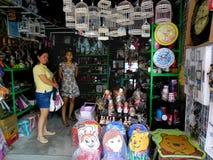Πωλώντας εγχώρια ντεκόρ καταστημάτων στο dapitan arcade στην πόλη Φιλιππίνες της Μανίλα στην Ασία Στοκ Φωτογραφίες