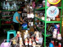 Πωλώντας εγχώρια ντεκόρ καταστημάτων στο dapitan arcade στην πόλη Φιλιππίνες της Μανίλα στην Ασία Στοκ εικόνες με δικαίωμα ελεύθερης χρήσης