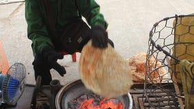 Πωλώντας κέικ ρυζιού γυναικών στην αγορά φιλμ μικρού μήκους