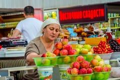 Πωλώντας μήλα γυναικών πράσινο σε bazaar, Αλμάτι Στοκ Εικόνες