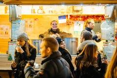 Πωλώντας σαλέ κρασιού με τις χαμογελώντας γυναίκες Στοκ Φωτογραφίες
