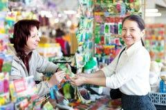 Πωλώντας σπόροι γυναικών στον ώριμο αγοραστή στοκ φωτογραφία με δικαίωμα ελεύθερης χρήσης