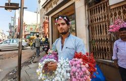 Πωλώντας στεφάνες πλανόδιων πωλητών με τα τεχνητά λουλούδια για τα κορίτσια Στοκ Εικόνα