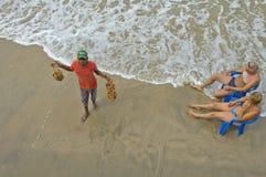 Πωλώντας στοιχεία τουρισμού ατόμων στην παραλία Στοκ εικόνα με δικαίωμα ελεύθερης χρήσης