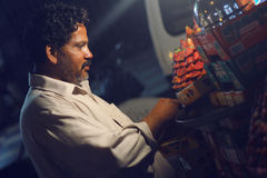 Πωλώντας φράουλα ατόμων στο δρόμο σε Bahadurabad Στοκ εικόνα με δικαίωμα ελεύθερης χρήσης
