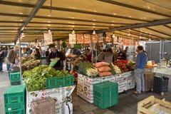 Πωλώντας φρούτα και λαχανικά καταστημάτων οδών αγοράς στο Παρίσι στοκ εικόνες με δικαίωμα ελεύθερης χρήσης