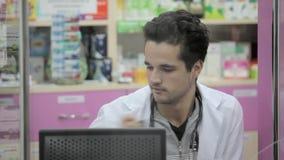 Πωλώντας χάπια φαρμακοποιών απόθεμα βίντεο