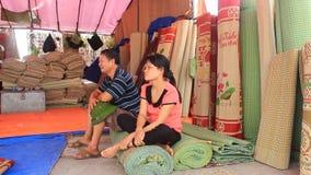 Πωλώντας χαλιά κρεβατιών αγοράς φιλμ μικρού μήκους