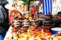 Πωλώντας χειροποίητα δοχεία αργίλου Στοκ φωτογραφία με δικαίωμα ελεύθερης χρήσης