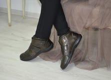 Πόδια αγοραστών μόδας που κάθονται σε έναν καναπέ στο σπίτι Στοκ Φωτογραφίες