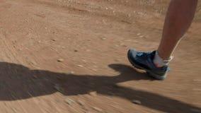 Πόδια αθλητών που τρέχουν μέσω της ερήμου απόθεμα βίντεο