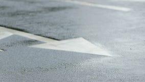 Πόδια αθλητών στα οδικά σημάδια Δρομείς κατά τη διάρκεια του μαραθωνίου ενώ βρέχει απόθεμα βίντεο