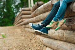 Πόδια ανδρών και γυναικών ζεύγους υπαίθρια Στοκ φωτογραφία με δικαίωμα ελεύθερης χρήσης