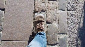 Πόδια ανδρών σπουδαστών που περπατούν γρήγορα στην πόλη οδικών τουριστών ασφάλτου, ενεργός τρόπος ζωής φιλμ μικρού μήκους