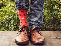 Πόδια ατόμων στα μοντέρνα παπούτσια, φωτεινές, ζωηρόχρωμες κάλτσες στοκ εικόνες